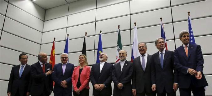 Reuters/Carlos Barria - Ministros do P5+1 e delegação iraniana na sede da ONU em Viena no dia 14 de julho. Da direita para a esquerda: chinês alemão, Federica Mogherini, Mohammad Javad Zarif, Ali Akbar Salehi (chefe da Organização de Energia Atômica do Irã), Sergey Lavrov, Philip Hammond e John Kerry
